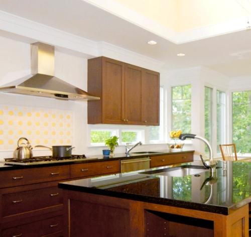 Modern, minimalistic kitchen painted white