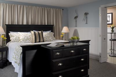 I love this black, blue and neutral color scheme