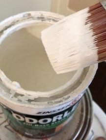 Create a tight air seal around the lid of a paint can